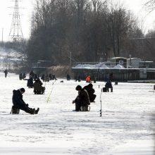 Žvejai okupavo Dangę: ant ledo traukia būriais