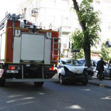 Liepų gatvėje – stipri avarija: po smūgio sumaitoti automobiliai, vienas užšoko ant šaligatvio
