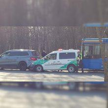 Klaipėdoje autobusas atsitrenkė į policijos automobilį: sužalotas pareigūnas