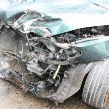 Vilniaus rajone automobilis atsitrenkė į medžius: nukentėjo trys žmonės