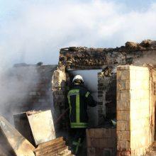 Ugniagesiai skubėjo į gaisrą Kėdainių rajone: degė malkomis prekiaujančios įmonės pastatai