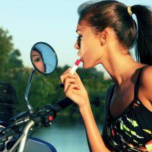 Makiažo meistrė apie šios vasaros grožio atributus: triumfuoja sveikas įdegis