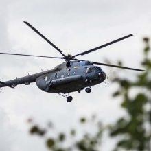 Nė vienas iš kariuomenės sraigtasparnių negali gesinti gaisro, padeda latviai