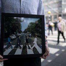 """""""The Beatles"""" gerbėjai paminėjo legendinio """"Abbey Road"""" albumo viršelio jubiliejų"""