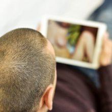 Vyras padavė į teismą savo tėvus, sunaikinusius jo pornografijos kolekciją