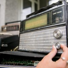 Baltijos kelio 30-mečio minėjimui žmonės sunešė daugiau kaip 2 tūkst. radijo imtuvų