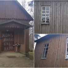 Kretingos rajone – vandalų išpuolis: dažais ištepliota koplyčia