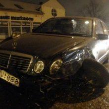 """Šilutės plente – girto """"Mercedes Benz"""" vairuotojo šou: atsitrenkęs į automobilį, bandė pasišalinti"""