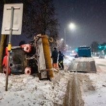 """Slidi kelio danga kiša koją: Jonavos gatvėje apvirto """"Autokaustos"""" technika"""