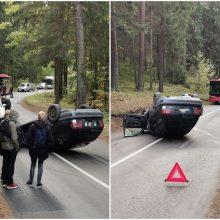 """Per avariją Vilniuje """"klevo lapu"""" pažymėtas automobilis apsivertė ant stogo"""