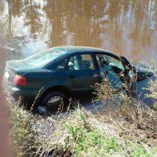Vilniaus rajone sunkiai apgirtusio vyro vairuojamas automobilis įvažiavo į tvenkinį