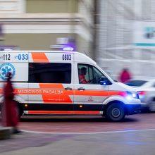 Palangoje sužalotas automobilį vairavęs vyras ir kartu važiavusios trys paauglės
