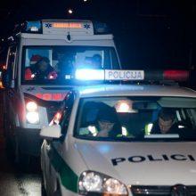 Radviliškyje siautėjo girta moteris: trukdė sulaikyti sūnų ir sužalojo du pareigūnus