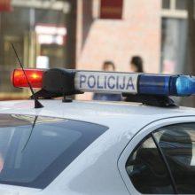 Telšiuose nepažįstami užpuolikai taranavo automobilį ir sumušė jame važiavusius vyrus