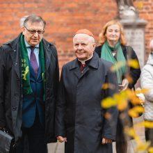 """Sambūrio """"Gerumo ąžuolas"""" susitikimas: katedros šventoriuje pasodino ąžuolą"""