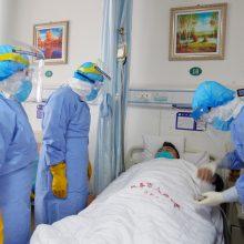 Kinijoje nuo koronaviruso mirė šeši medikai, dar per 1,7 tūkst. užsikrėtė