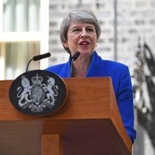 D. Britanijos premjerė Th. May įteikė karalienei atsistatydinimo raštą