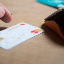 """Įspėja vartotojus: savaitgalį galimi sutrikimai atsiskaitant """"Swedbank"""" kortelėmis"""