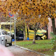 Osle ginkluotas vyras pavogė greitosios pagalbos automobilį ir rėžėsi į žmones
