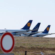 """""""Lufthansa"""" dėl koronaviruso pandemijos per valandą netenka 1 mln. eurų"""