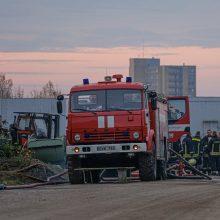 Gaisro Alytaus gamykloje atgarsiai: smilksta padangos, rusena degėsiai