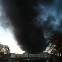 Gyvenvietėje netoli degančios padangų perdirbimo gamyklos pakilęs oro užterštumas