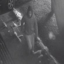 Šiaulių policija ieško vaizdo kameromis užfiksuoto vyro <span style=color:red;>(gal atpažįstate?)</span>