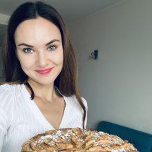 Žinių vedėja D. Račaitė kviečia kepti pyragus ir dalintis gerumu