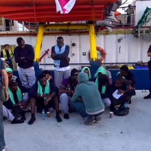 Pabėgėlius gabenusio laivo kapitonė nepakluso draudimams: bijojo keleivių savižudybės