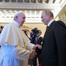 V. Putinas į susitikimą su popiežiumi atvyko pavėlavęs