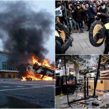 Įtampa Nyderlanduose: protestai prieš komendanto valandą peraugo į susirėmimus su policija