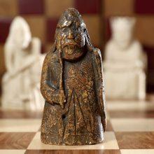 Netikėtai atrasta viduramžių šachmatų figūra bus parduota už milijoną eurų