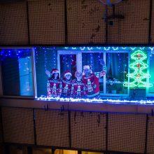 Vilniečiai įžiebia Kalėdas balkonuose: puošia varvekliais, saldainiais ir net Kalėdų Seneliais