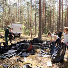 """Dzūkijos nacionaliniame parke nemokamai """"atostogauja"""" automobilinių atliekų sąvartynai"""