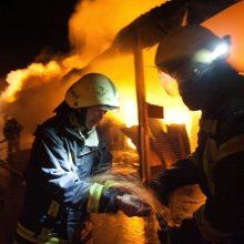 Praėjusią parą ugniagesiams darbo netrūko: liepsnojo butas, ūkinis pastatas, namas