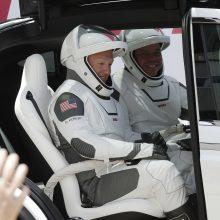 """Astronautai atvyko į """"SpaceX"""" erdvėlaivio starto aikštelę"""