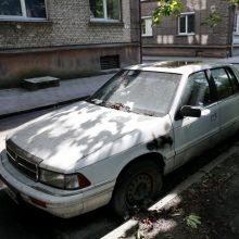 Nenaudojamus automobilius iš daugiabučių kiemų teks šalinti savininkams