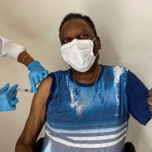 Futbolo karalius Pelé paskiepytas nuo koronaviruso