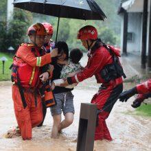 Kinijoje potvyniai pražudė keliolika žmonių, tūkstančiams teko palikti namus
