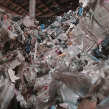 Šimtus tonų pavojingų atliekų saugo Ramygalos bedarbiai