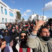 Tunisas: protestuotojai mėgina šturmuoti parlamentą