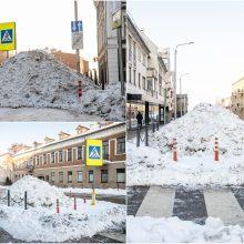 Vairuotojai įspėja neprarasti budrumo: Kauno gatvėse sniego kalnai užstoja pėsčiųjų perėjas