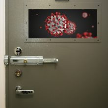 Nauji COVID-19 atvejai: epidemiologų akiratyje – įkalinimo įstaigos