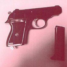 Policininkai, atvažiavę raminti brolių muštynių, rado ir narkotikų, ir ginklą