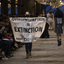 """Paryžiuje klimato aktyvistai sutrikdė """"Louis Vuitton"""" kolekcijos pristatymą"""
