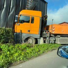 Avarija Vilijampolėje: po susidūrimo su BMW sunkvežimis dar rėžėsi į namo sieną