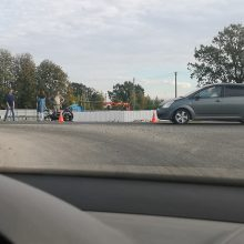 Rokų plente – skaudi avarija: motociklininkui prireikė medikų pagalbos