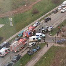 Stipri avarija Partizanų g.: nukentėjo du suaugusieji ir vaikas, vienas žmogus buvo prispaustas