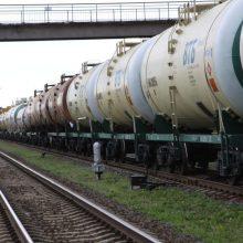 Šiaulių rajone kažkas peršovė vagono cisterną, išsiliejo tonos dyzelinio kuro