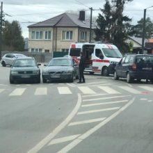 Po avarijos Panemunėje – dar viena nelaimė: BMW partrenkė eismo įvykio schemą braižiusią policininkę